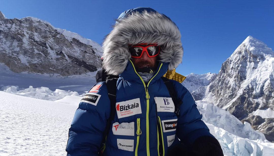 Alex Txikonek bertan behera utzi du Everest igotzeko saiakera