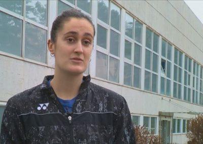 """[EiTB/Helmuga] Clara Azurmendi badminton jokalariak 14 urterekin utzi zuen etxea, bere ametsa lortzeko (9'27"""")"""